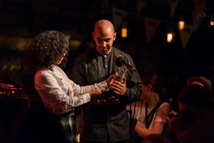 P2 Jazzkatten 2017 Årets musiker Robert Mehmet Ikiz prisutdelare Miriam Aïda foto: Mattias Ahlm/Sveriges Radio