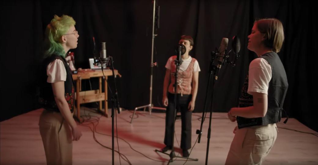 Bild ur videon till Simma aldrig ensam, skapad av Tova Nyberg.